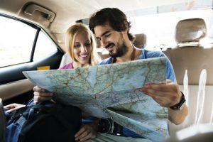 Taxi, Uber y Cabify: ¿Son lo mismo? ¿Qué diferencias hay? - hombre sosteniendo mapa mostrando su novia su proxima parada 53876 86050 300x200