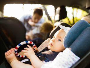 Los niños en un coche deben utilizar un sistema de retención especial - Los niños en un coche deben utilizar un sistema de retención especial 300x225